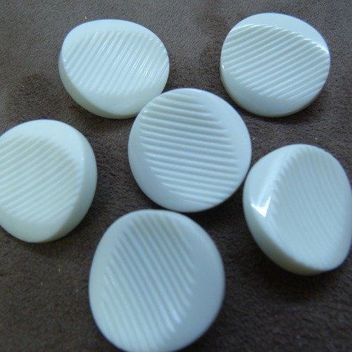 Bouton acrylique belle qualité et vintage blanc,22 mm,vendu par 6 / soit 0.58  € l'unité