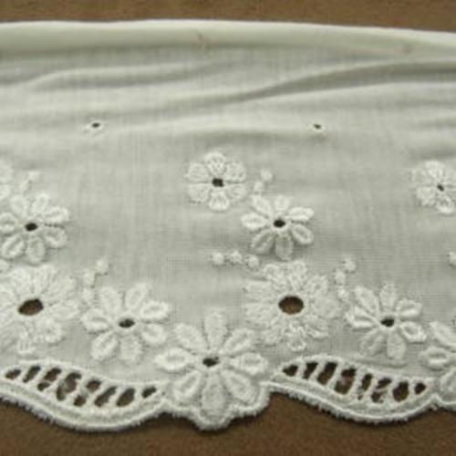 Broderie sur jersey de coton blanche ,14 cm / hauteur de broderie 6 cm