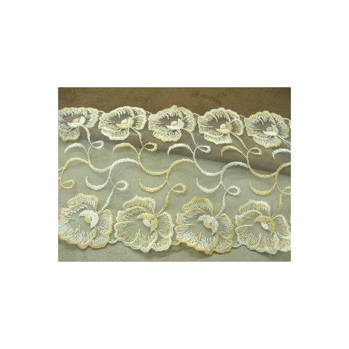 Broderie coton blanche,15 cm, sur fond beige clair