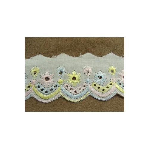 Broderie anglaise coton sur fond blanc ,3.cm,brodée jaune, rose, bleu