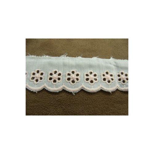 Broderie anglaise coton sur fond blanc,brodée rose,2,5 cm / hauteur de broderie:1.5 cm