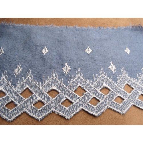 Broderie bleu brodée blanche 10 cm