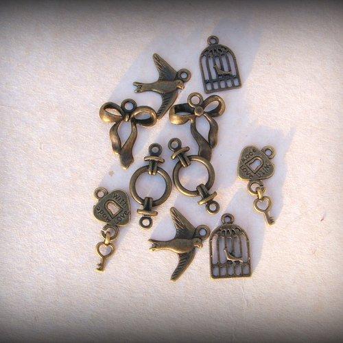 8 breloques décorées couleur bronze antique