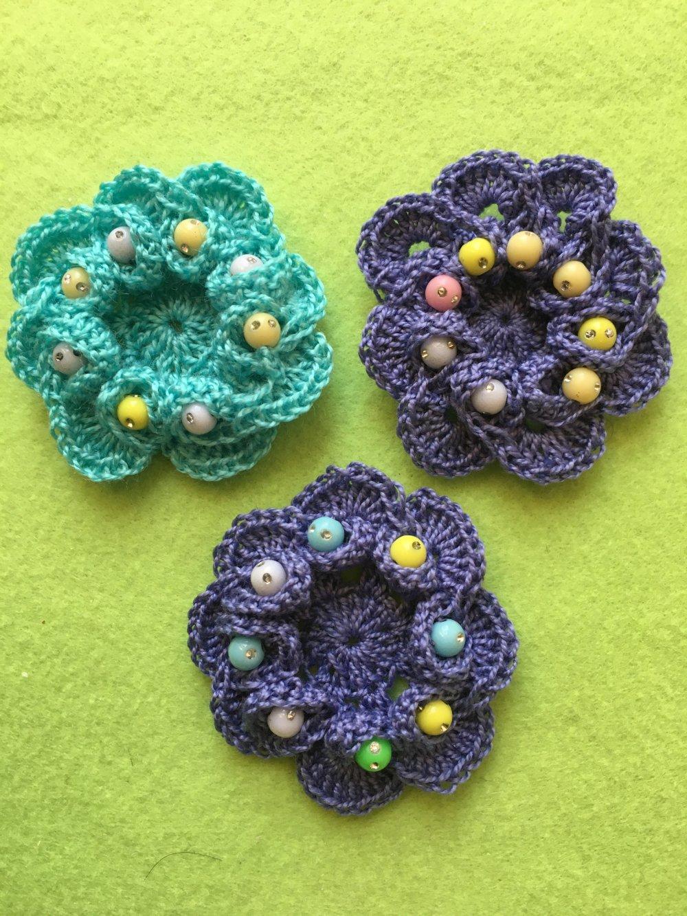Trois fleurs perlées