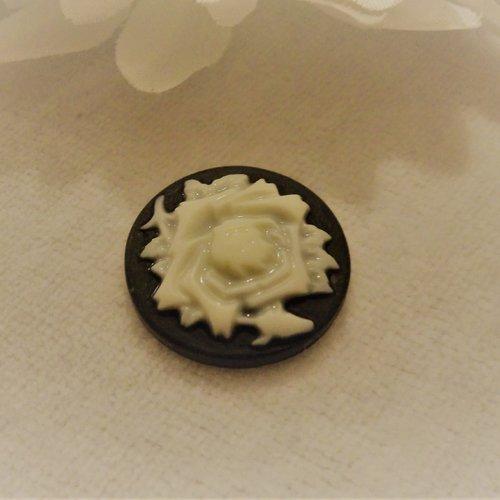 Cabochon en résine, camé rond de 20 mm / 2 cm thème vintage: fleurs d'antan du printemps noir et blanc