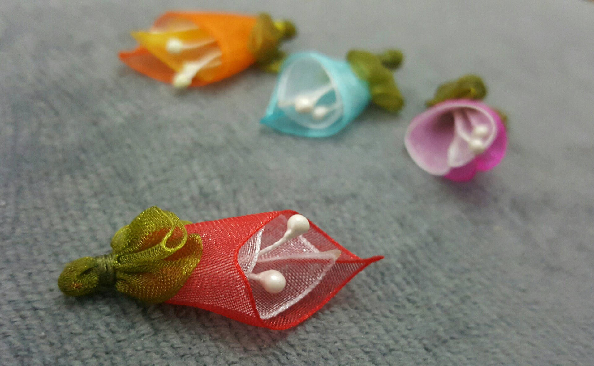 1 Perles Fleur Arum ou Calla en Tissus Organza Rouge et Vert 35x15mm