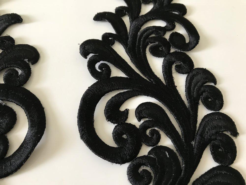 Broderie noir avec fil de soie  très haute qualité