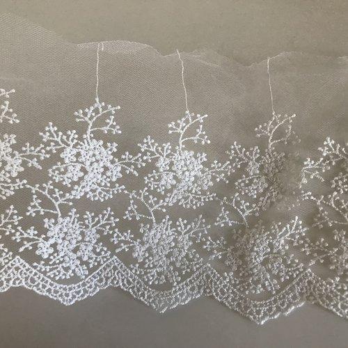 Coupon de dentelle de 1 m blanc en largeur de 15 cm
