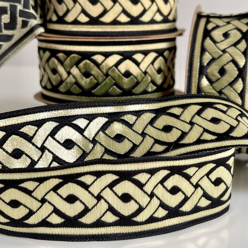 Galon médiéval brodé jacquard,galon brodé jacquard motif tresse celtique,ruban médiéval 35 mm noir et doré or.