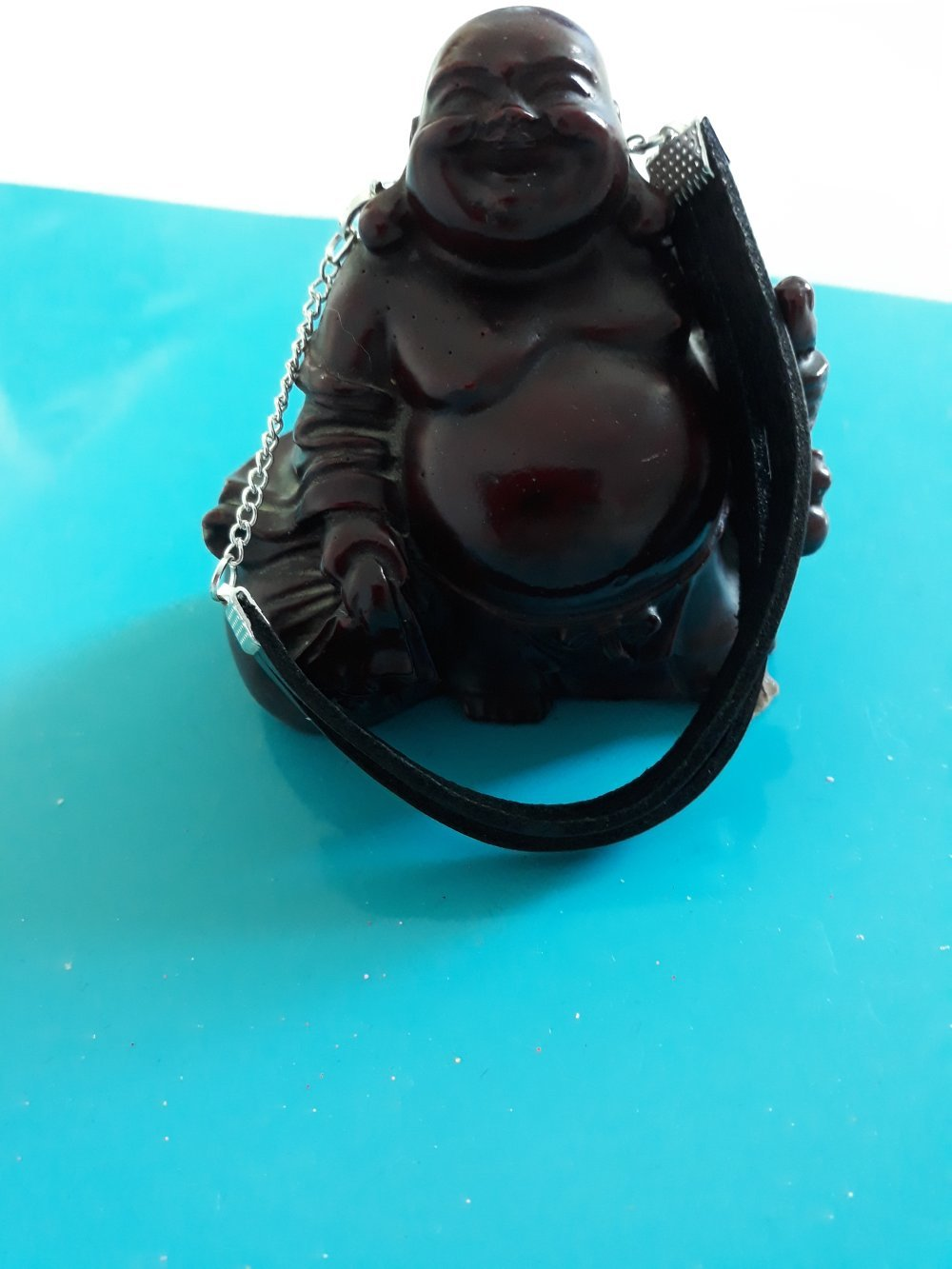 Un un bracelet très discret de deux petites bandes de cuir de couleur noir avec une chaîne argentée et fermoir