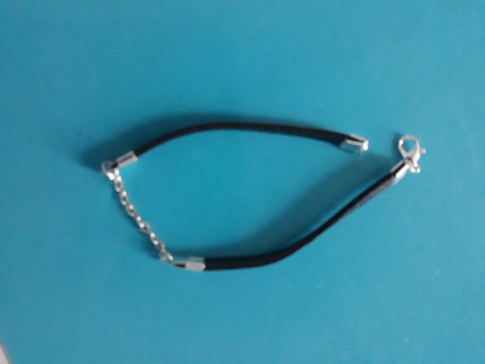 Un bracelet de cuir véritable de deux bandes noires séparée par une chaîne en métal argenté