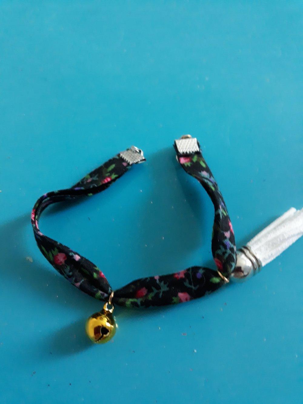 Un bracelet liberty dans une bande de tissus noir fleuries