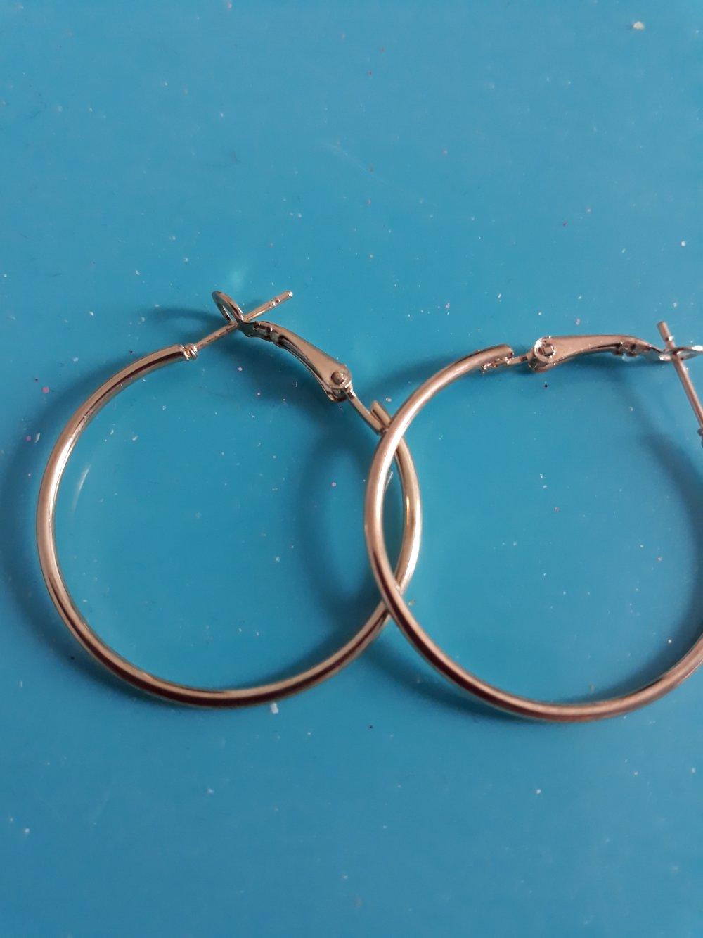 Une paire de créoles en métal doré très légère à porter