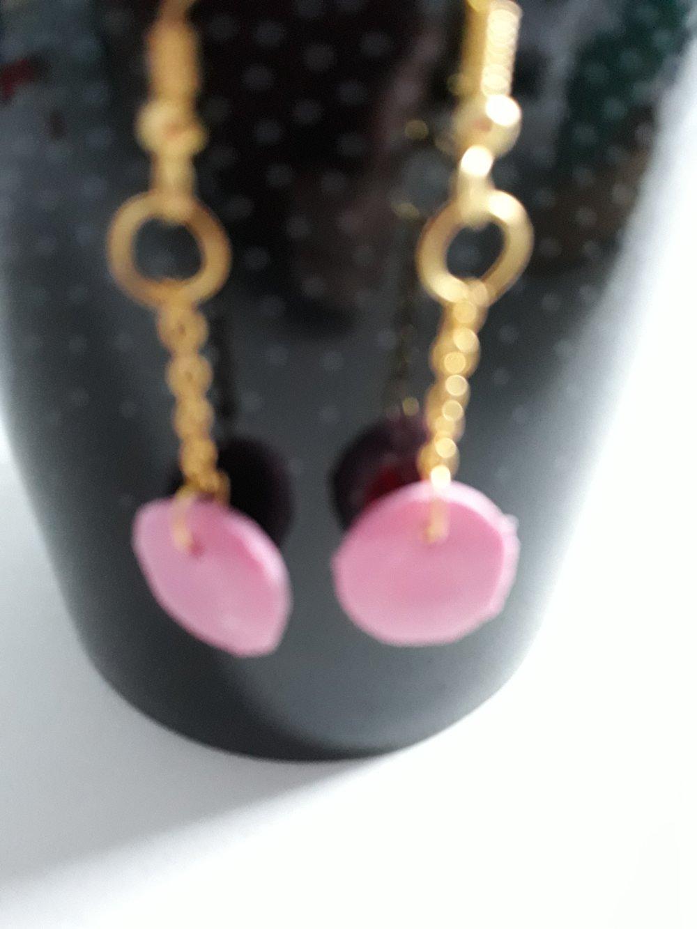 Une paire de boucles d'oreilles avec crochets d'oreilles en métal dorées