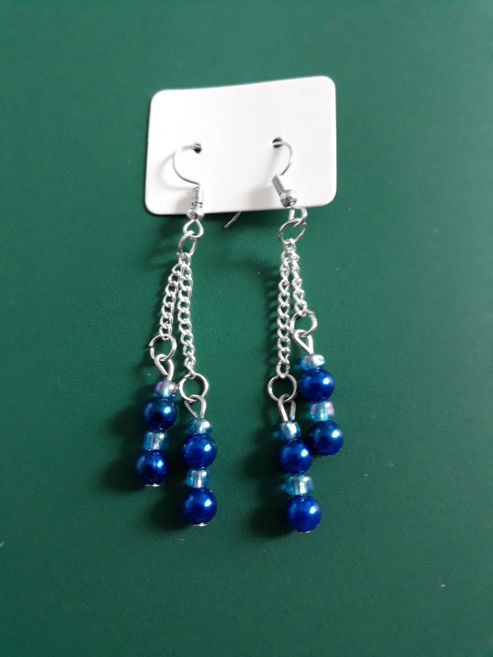 Une paire de boucles d'oreilles en métal argenté avec crochets d'oreilles