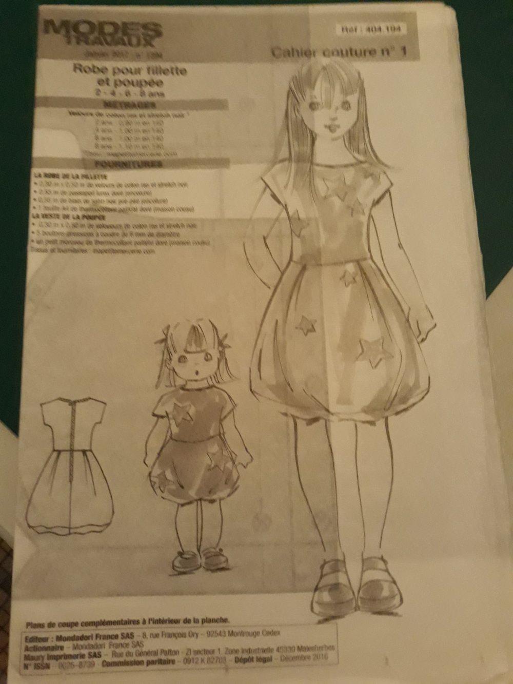 Un cahier de couture Mode et travaux d'une robe pour fillettes et poupées de 2 à 8 ans