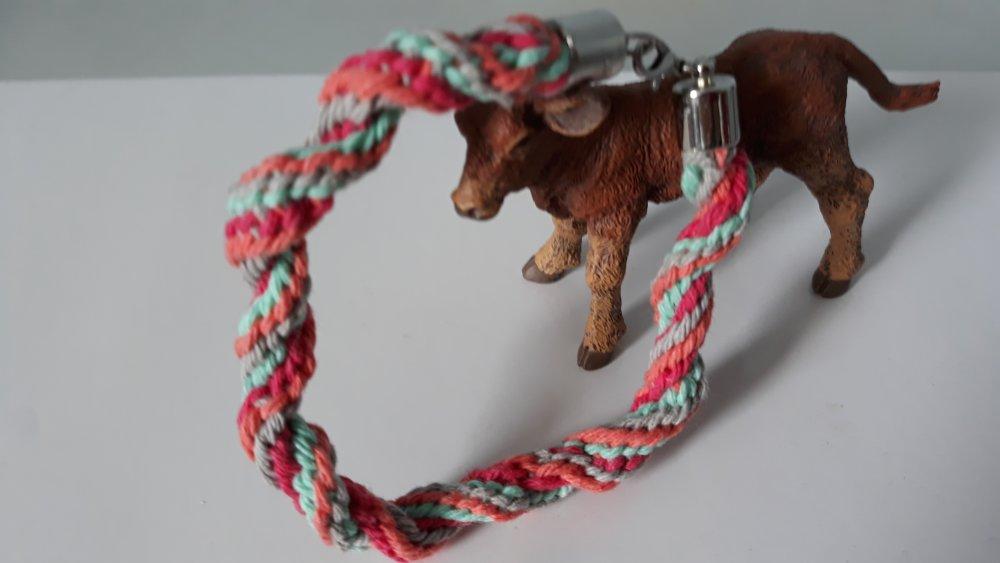 Un bracelet noué de 4 couleurs avec fermoir mousqueton en métal argenté