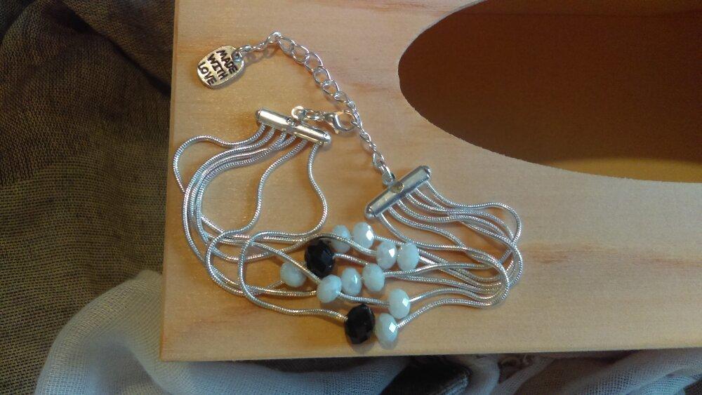 Bracelet argenté, chaîne serpent et perles facettées noires et blanches