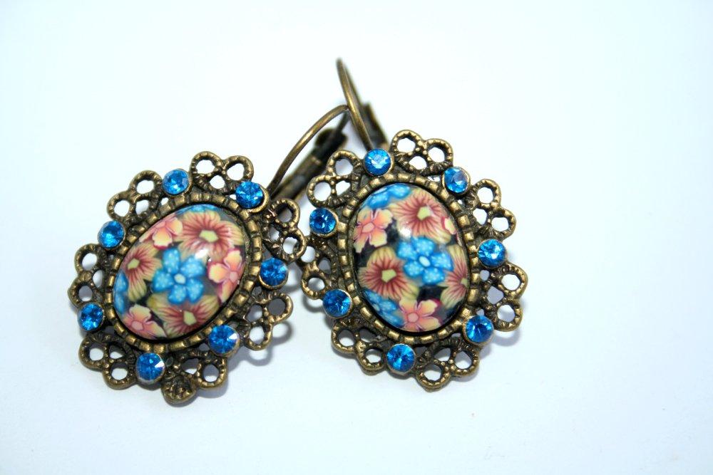 Boucles d'oreilles Dormeuses Cabochons fleurs bleu orange en polymère