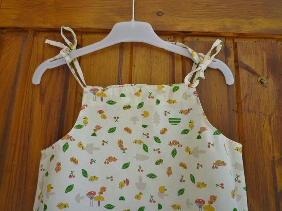 Robe enfant à bretelles nouées, motifs petits oiseaux sur fond écru, taille 4 ans
