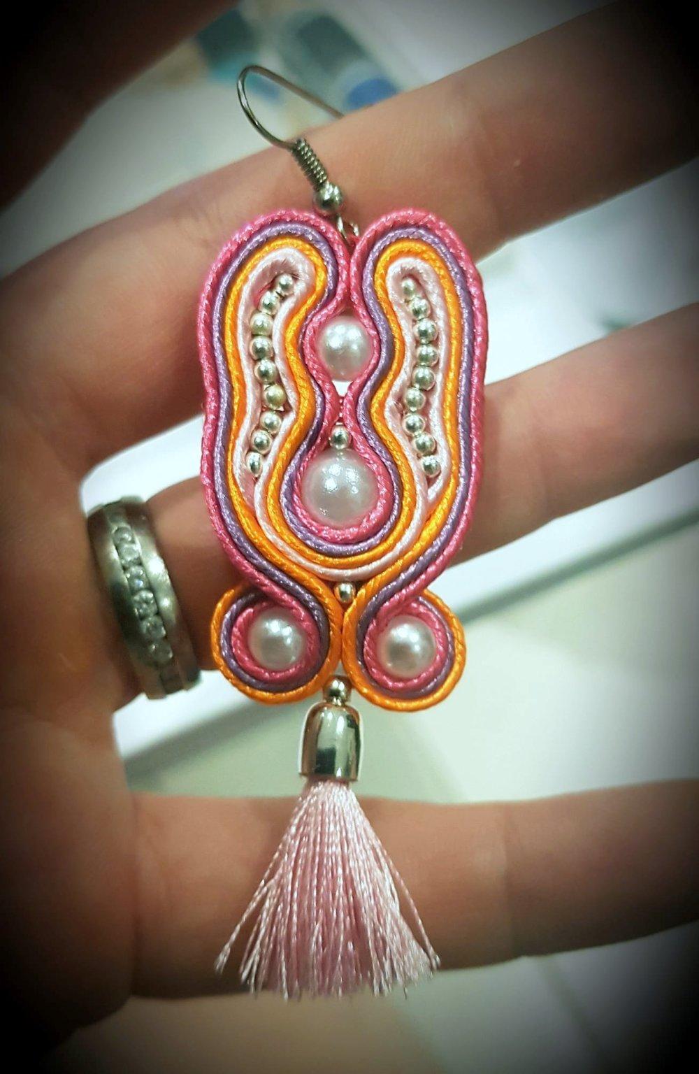 """Boucle d'oreilles """"vitaminée"""" en soutache - modèle unique de créateur - orange violet rose -  perles pompon"""
