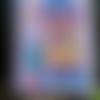 L'orphea, maison aux couleurs vives sur un fond parme. peinture acrylique, feutres, vernis, petite planche de bois poncée.