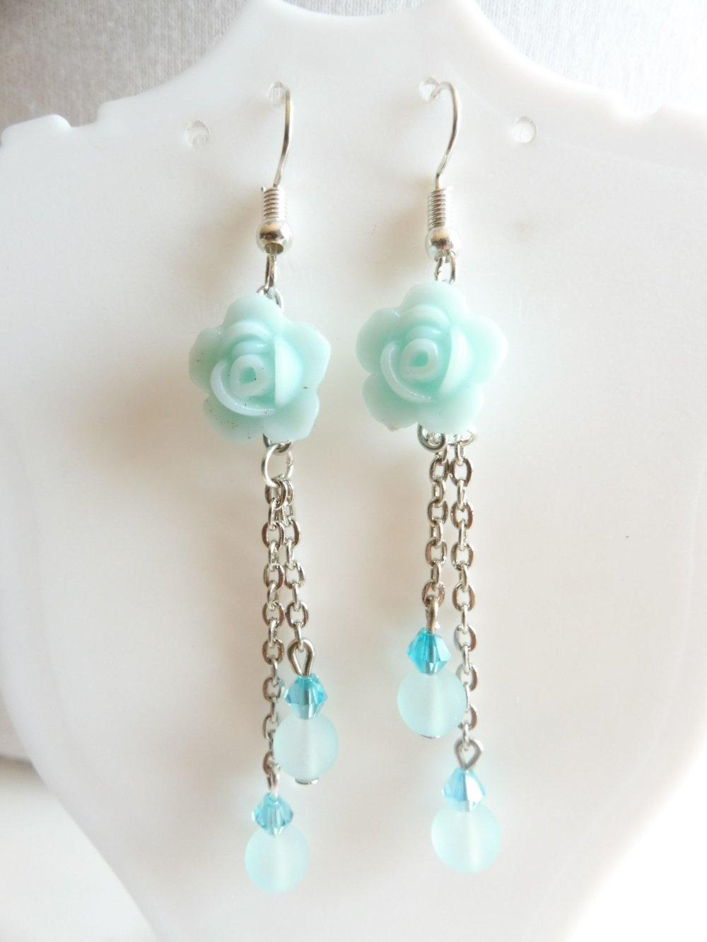 Boucles d'oreilles bleu clair avec des roses, bijoux bleu