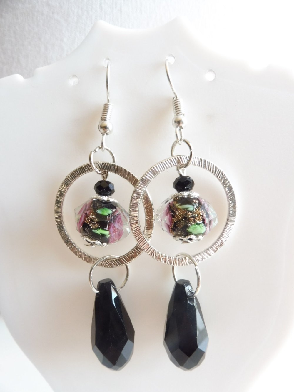 Boucles d'oreilles noir anneaux, perles lampwork et gouttes en verre, bijoux noir