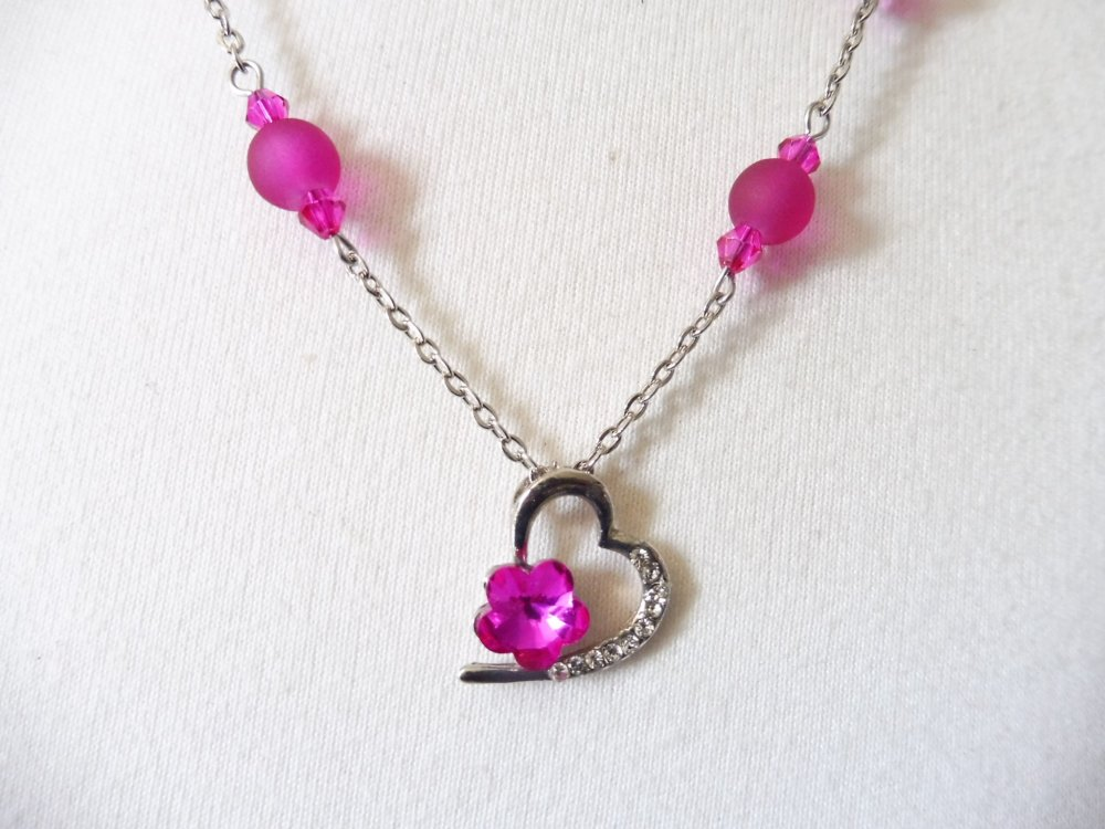 VENDU Collier de perles rose fuchsia avec pendentif coeur et petite fleur, bijoux rose