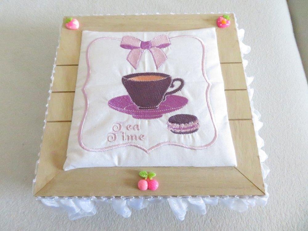 Boite à thé avec broderie tasse de thé et macaron, 9 compartiments