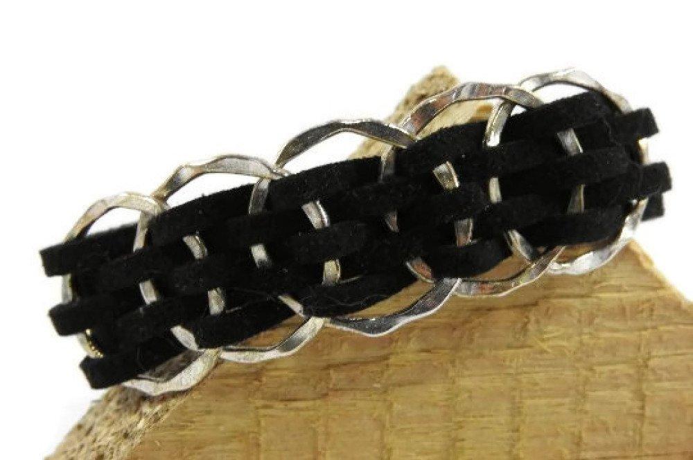 Bracelet suédine noir. Bijou avec 5 breloques en métal argenté fermoir pince de crabe.