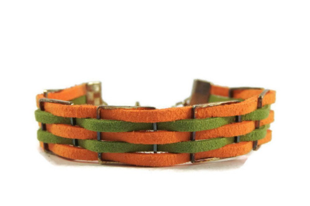 Bracelet suédine cordons plats ton orange/vert. Motif 6 anneaux carrés en métal argenté.
