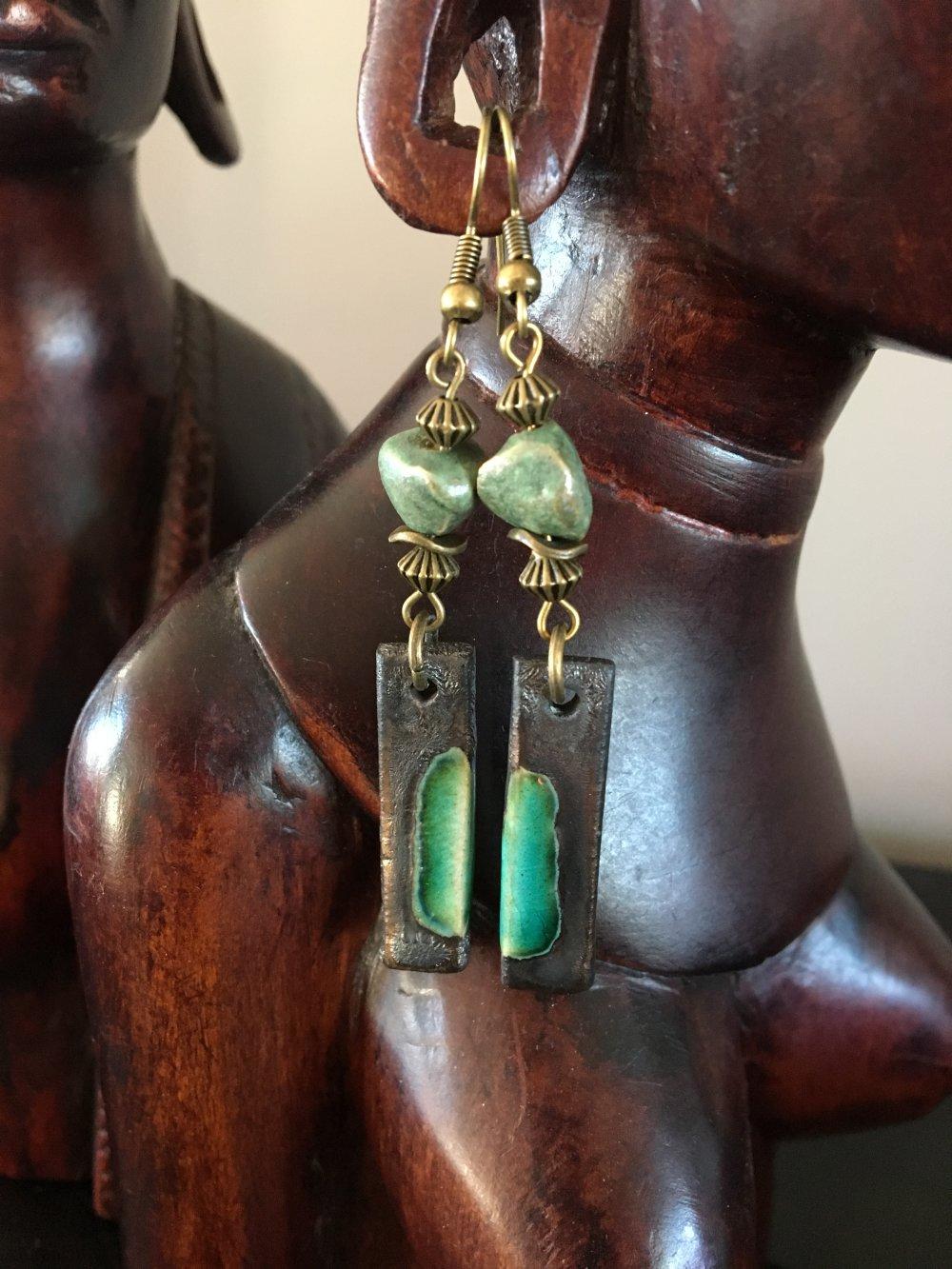 Boucles d'oreilles céramique artisanale, style bohème, hippie chic, gris bronze et vert céladon, perles cailloux, perles métal bronze