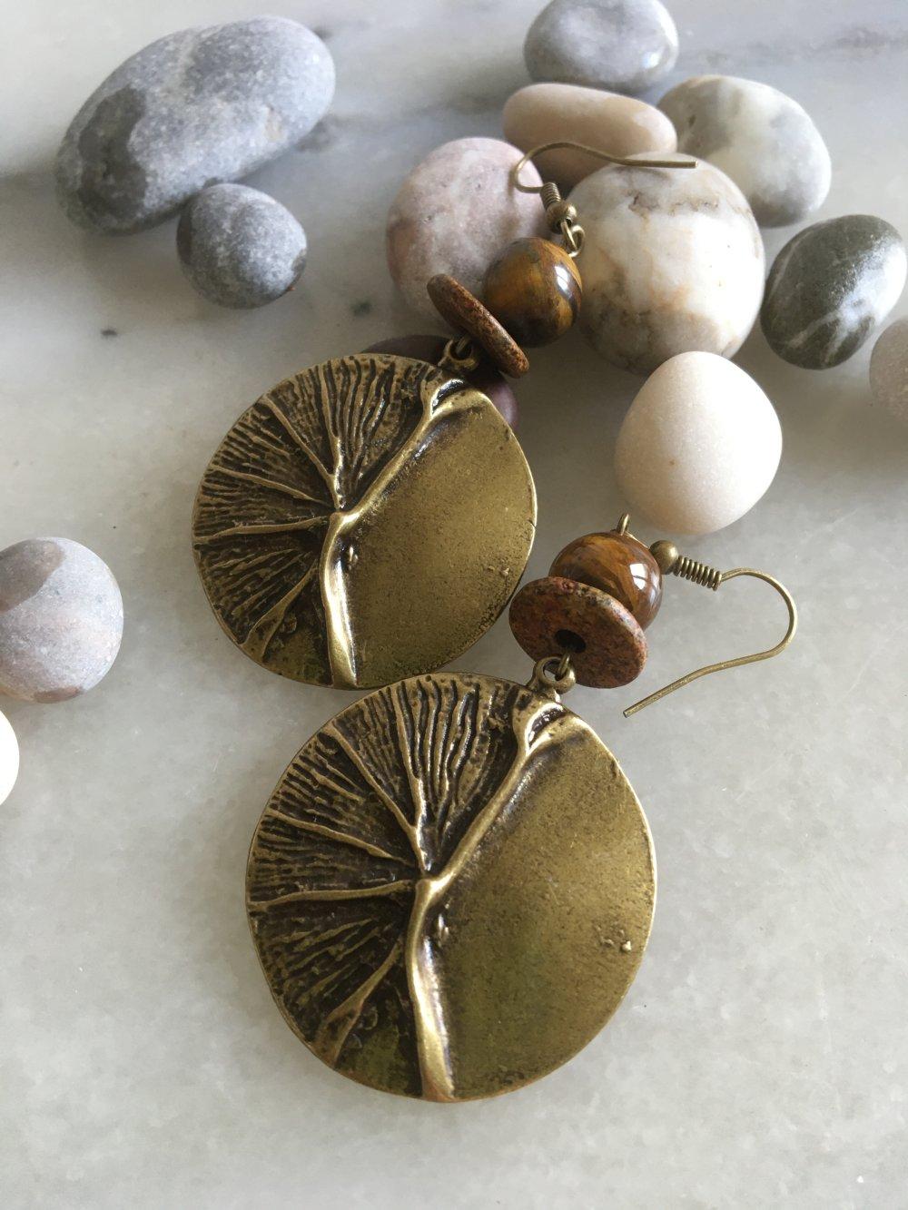 Boucles d'oreilles bohèmes, boho, hippie chic, pendentif rond, bronze, motif nature, pierre oeil de tigre, céramique
