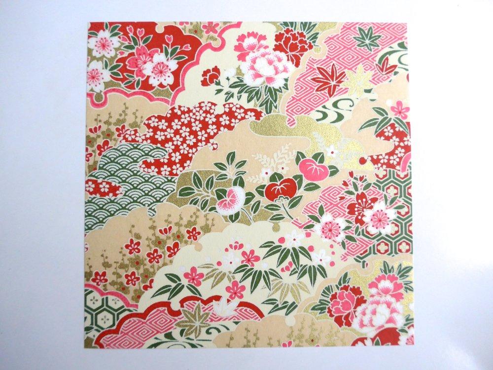 Bague ronde, au motif de fleur rouge, d'inspiration japonaise (papier origami + cabochon en verre).