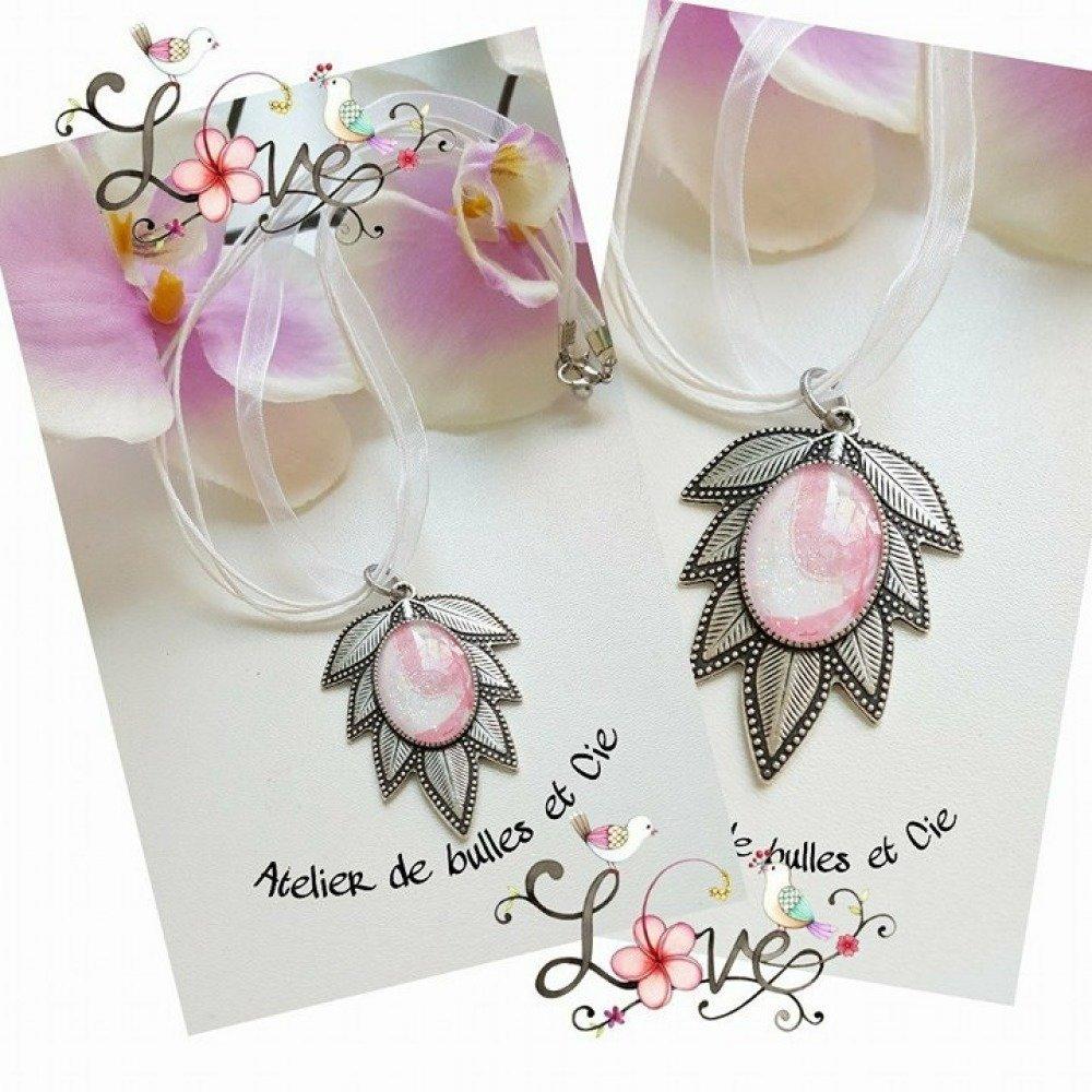 Collier organza avec porte cabochon feuille et cabochon en verre peint en rose et blanc