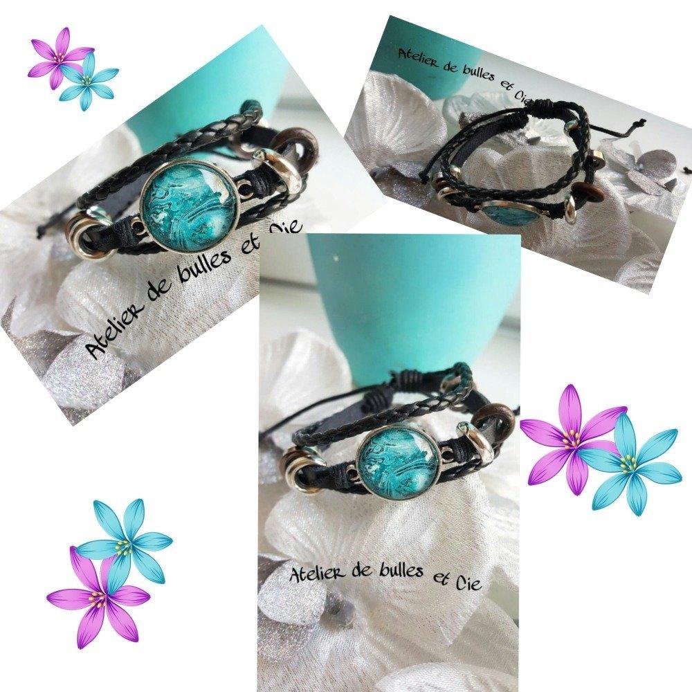 Bracelet en cuir règlable et tressé avec un cabochon peint à la peinture acrylique