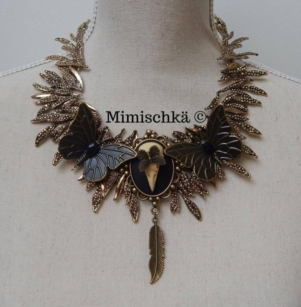 Collier plastron gothique romantique crâne d'oiseau plume papillon