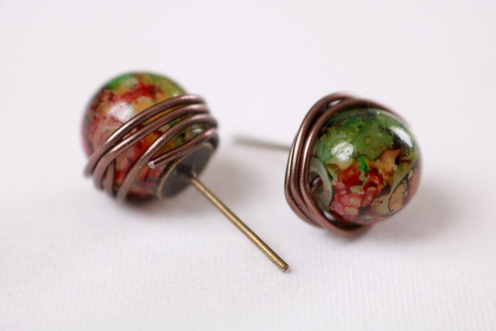 Boucles d'oreilles Puces perle et fil de métal enroulé (perle bicolore rouge et verte, fils aluminium)