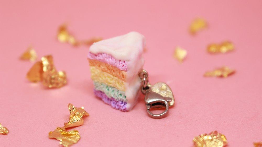 charm Rainbow Cake sur un mousqueton argenté en acier inoxydable avec une breloque , pour agrémenter trousse,sac,pendentif ou porte clef