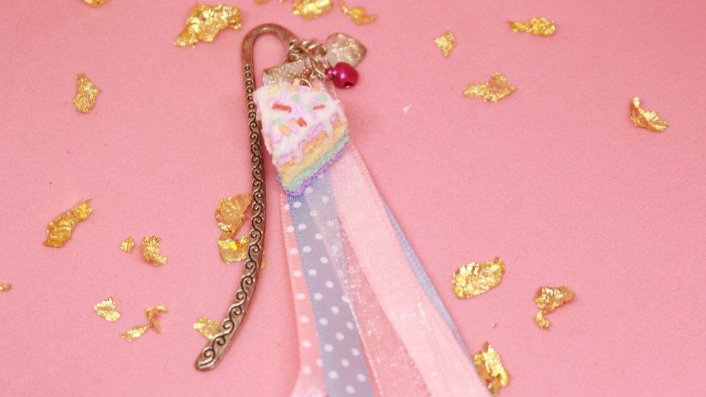 Marque page - Rainbow cake à vermicelles réalisé en pâte polymère avec un fermoir , un grelot,breloque et rubans