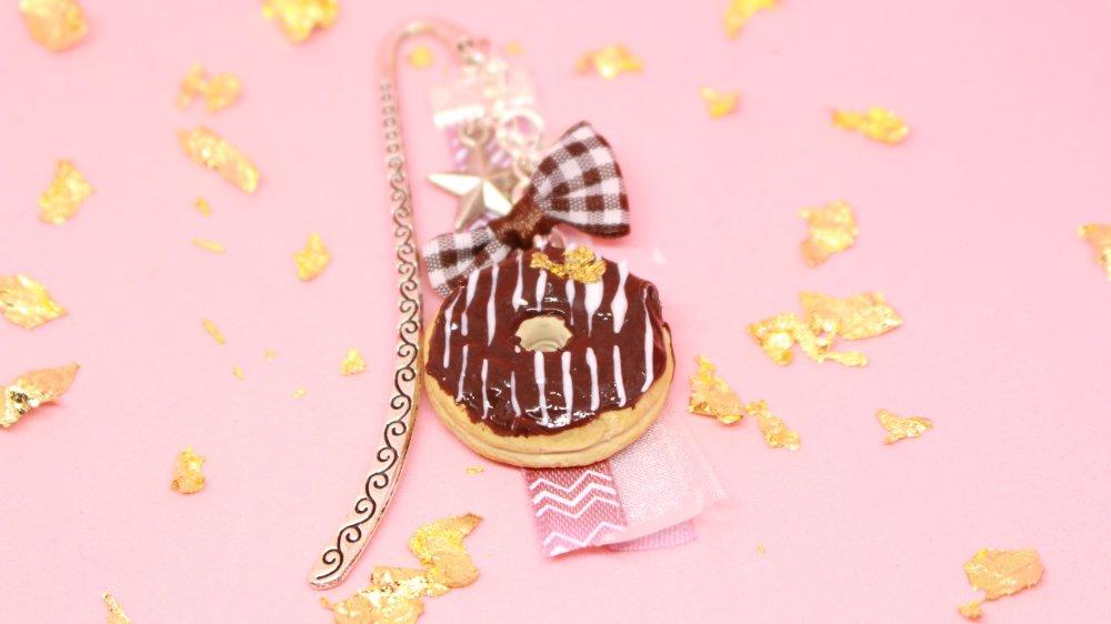 Marque page - Donut réalisé en pate polymère avec un fermoir , deux breloques avec des rubans assortis