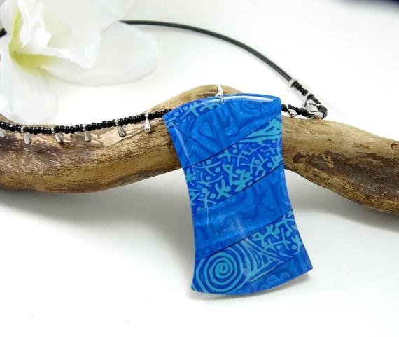collier de forme originale, bleu en pâte polymère