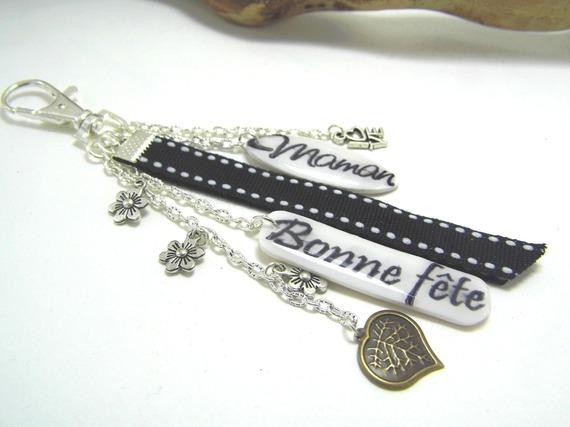 """bijoux de sac noir et blanc """"bonne fête"""" et """"maman"""" en pâte polymère"""