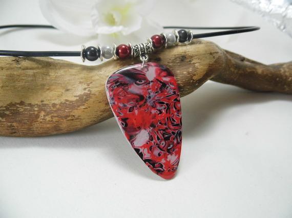 collier pendentif mi-long, avec motifs rouges, blancs et noirs en pâte polymère et résine