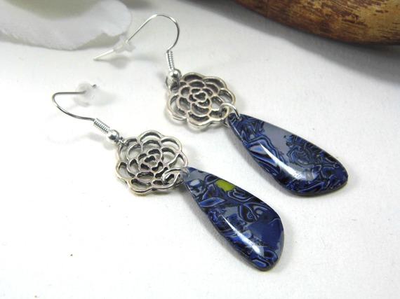 boucles d'oreilles pendantes, avec blanc, noir et camaieu de bleu en pâte polymère
