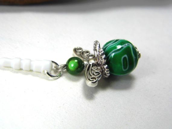 bijou de portable, bouchon anti-poussière avec perle en pâte polymère verte et blanche