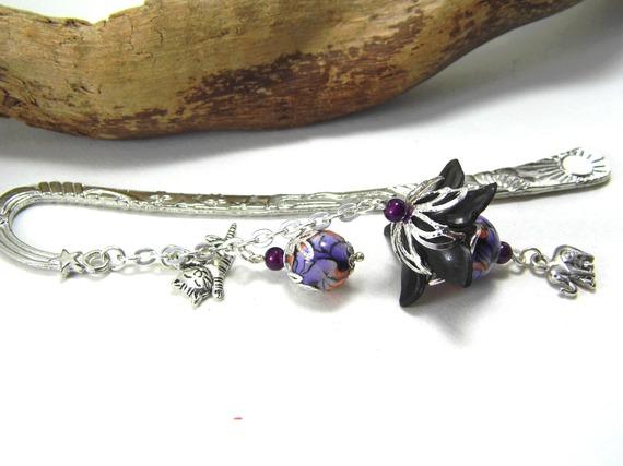 marque pages, perles en pâte polymère violettes, oranges, noires et blanches