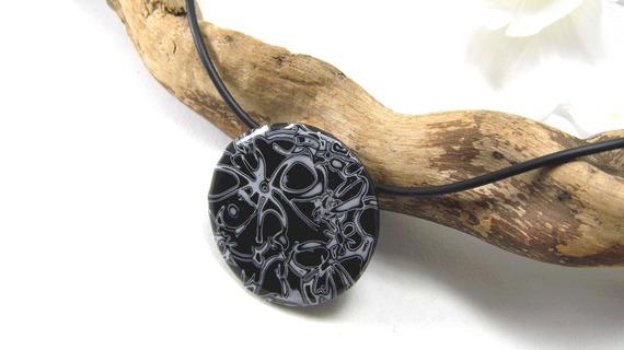 collier pendentif mi-long, noir et blanc en pâte polymère et résine