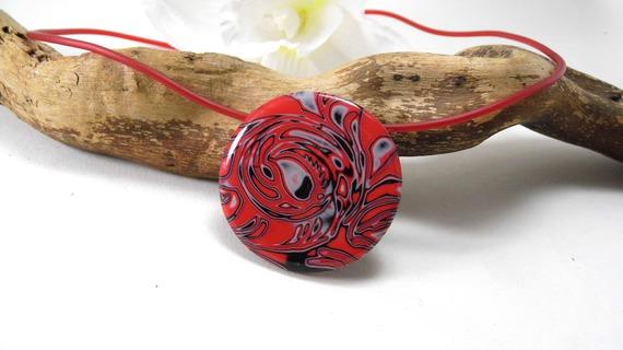 collier mi-long, rond, rouge, noir et blanc en pâte polymère